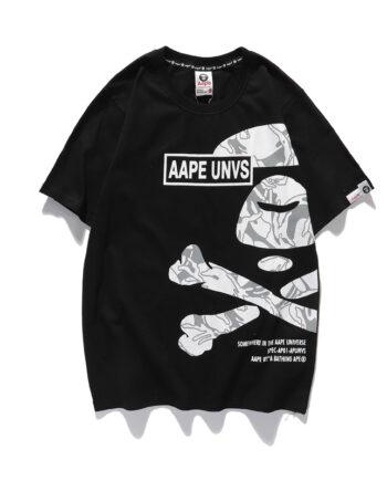 "T-shirt con scritta ""AAPE UNVS"" nera."